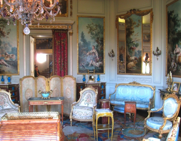 Marie antoinette and the death of rococo versailles and more for Decoration salon francais